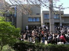 入学式が行われた大学会館の入口周辺