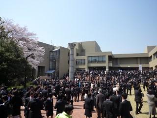 入学式が行われた大学会館の入口付近